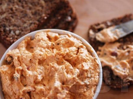 Дип / разядка със сирене, масло, лук, риба аншоа и каперси - снимка на рецептата